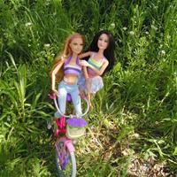 Майский пикник: Кэрри катается на велосипеде, а Рошель хорошо проводит время!))